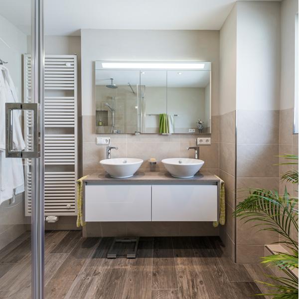 Das Modernisierte Badezimmer Wirkt Hell, Freundlich Und Entspricht Hohen  Qualitätsansprüchen. Unterstützt Wird Die Designidee Zusätzlich Durch Das  ...